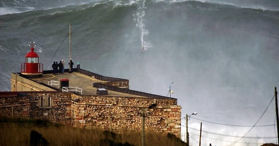 """30.jan.2013- O surfista norte-americano Garrett McNamara, 45, quebrou o recorde mundial, que pertencia a si próprio, ao surfar uma onda de mais de 30 metros, em Nazaré, em Portugal. De acordo com o jornal espanhol """"El Pais"""", a organização do Guinness, o livro dos recordes, ainda precisa certificar a façanha. McNamara definiu o feito como """"avassalador"""""""