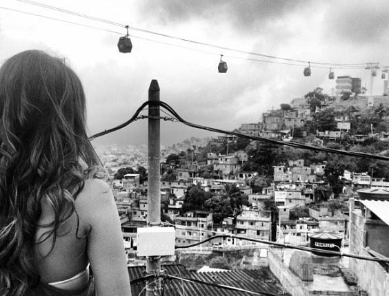 30.jan,2013 Bruna Marquezine admira a paisagem do Complexo do Alemão, local onde grava a maioria das cenas da personagem Lurdinha de