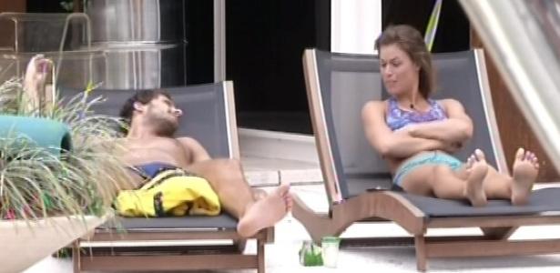 30.janeiro.2013 - Eliéser e Natália conversam sobre a festa do último sábado no