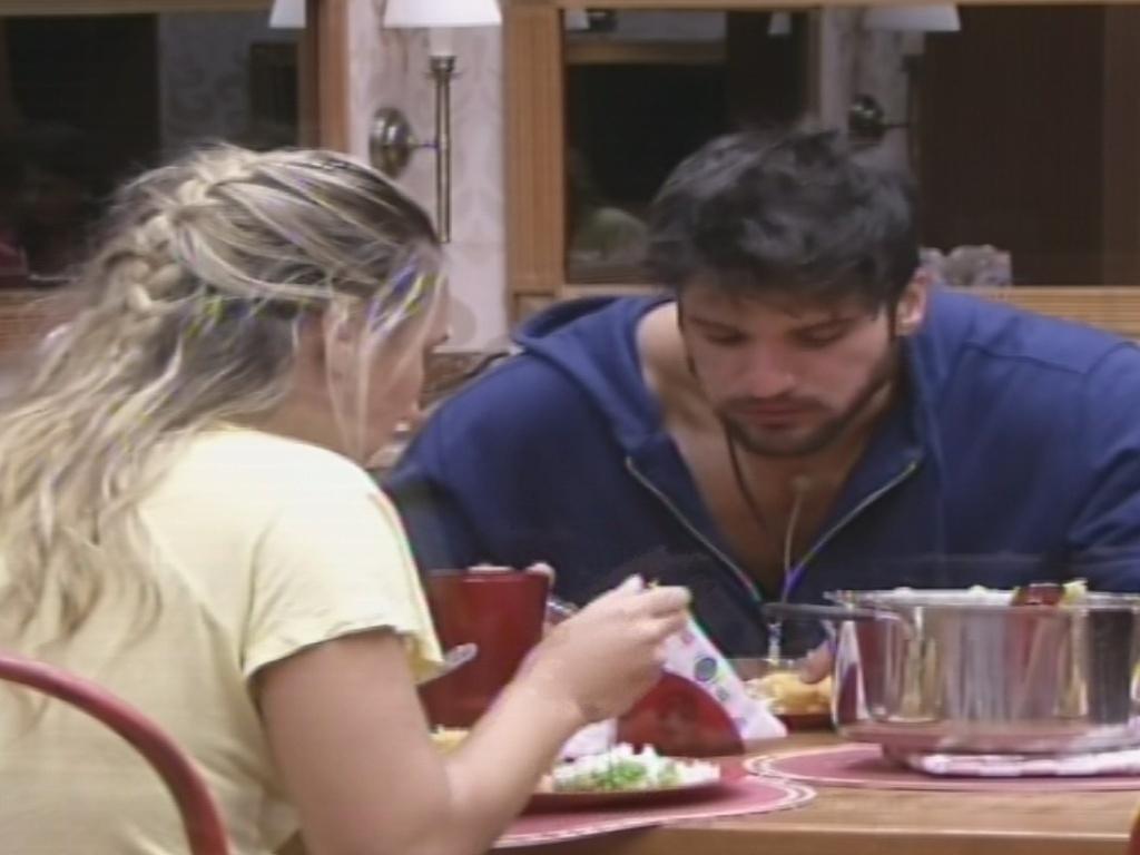 30.janeiro.2013 - Marcello e Marien almoçam a comida preparada pela dançarina e por Andressa