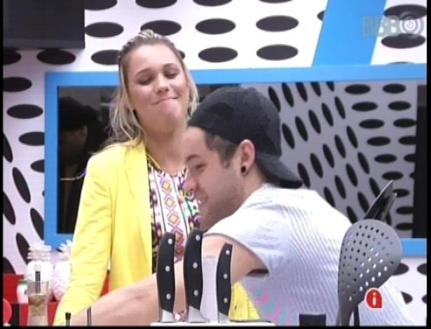 30.janeiro.2013 - Marien e Nasser conversam na cozinha. Ela disse a Andressa que quer vetar André da prova do líder