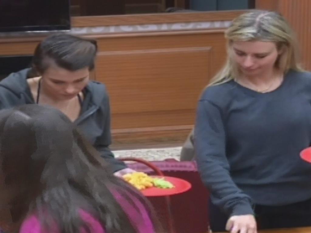 30.janeiro.2013 - No almoço da xepa. Kamilla e Fernanda servem a comida preparada pro Andressa e Marien