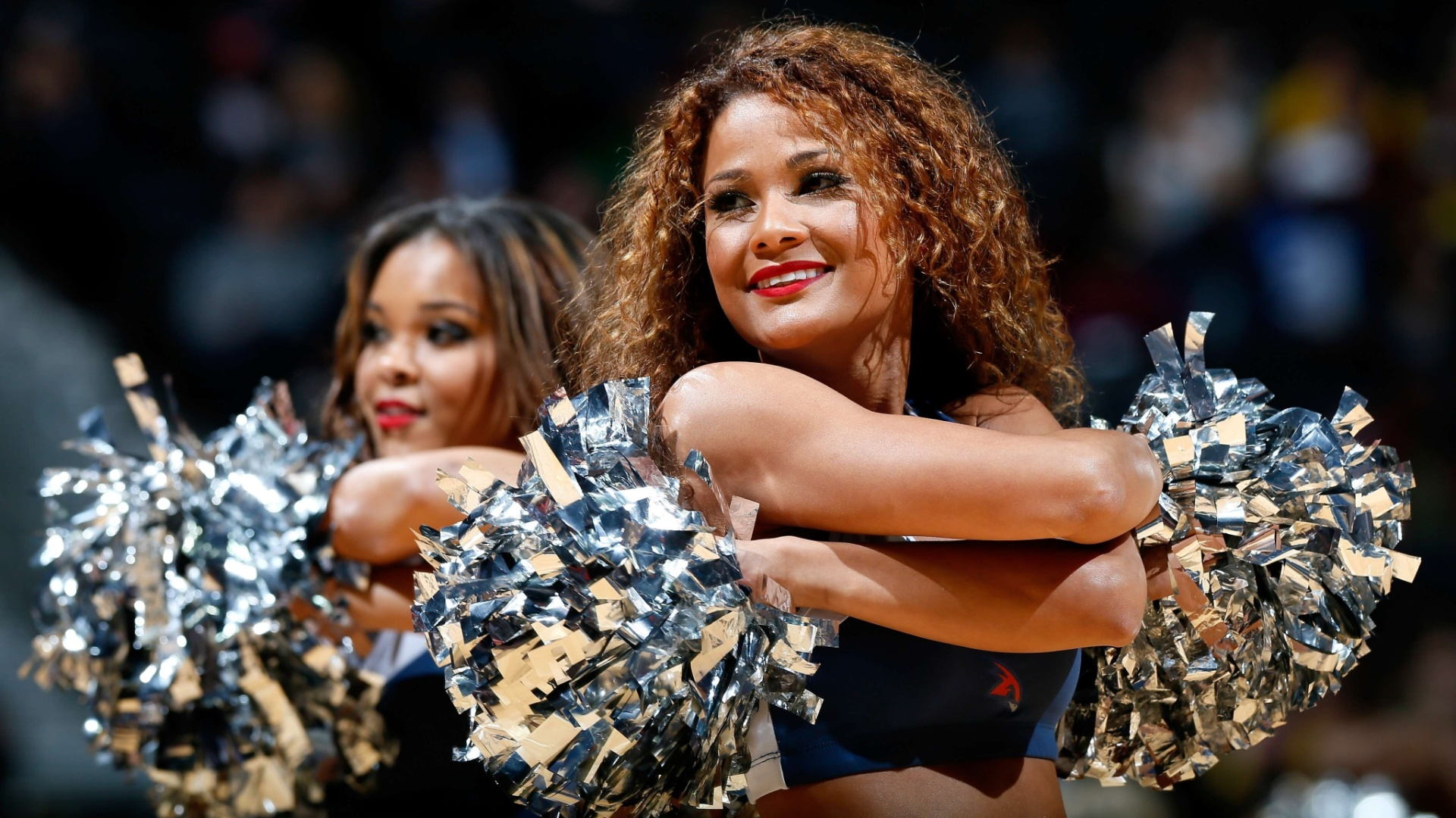 30.jan.2013 - Cheerleader do Atlanta Hawks sorri enquanto dana na partida da equipe da NBA
