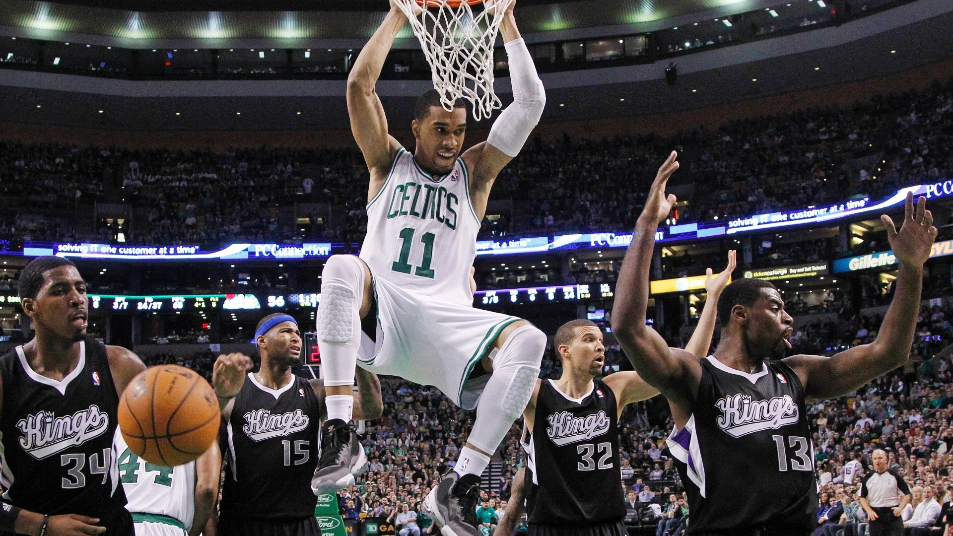 30.jan.2013 - Courtney Lee substituiu o contundido Rajon Rondo e deu bela enterrada na vitória dos Celtics sobre os Kings