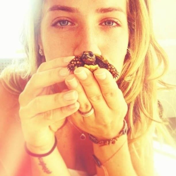 30.jan.2013 - De férias no Caribe, Giovanna Ewbank posa com tartaruga