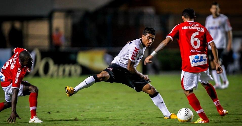 30.jan.2013 - Paulinho, do Corinthians, marca atleta do Mogi Mirim