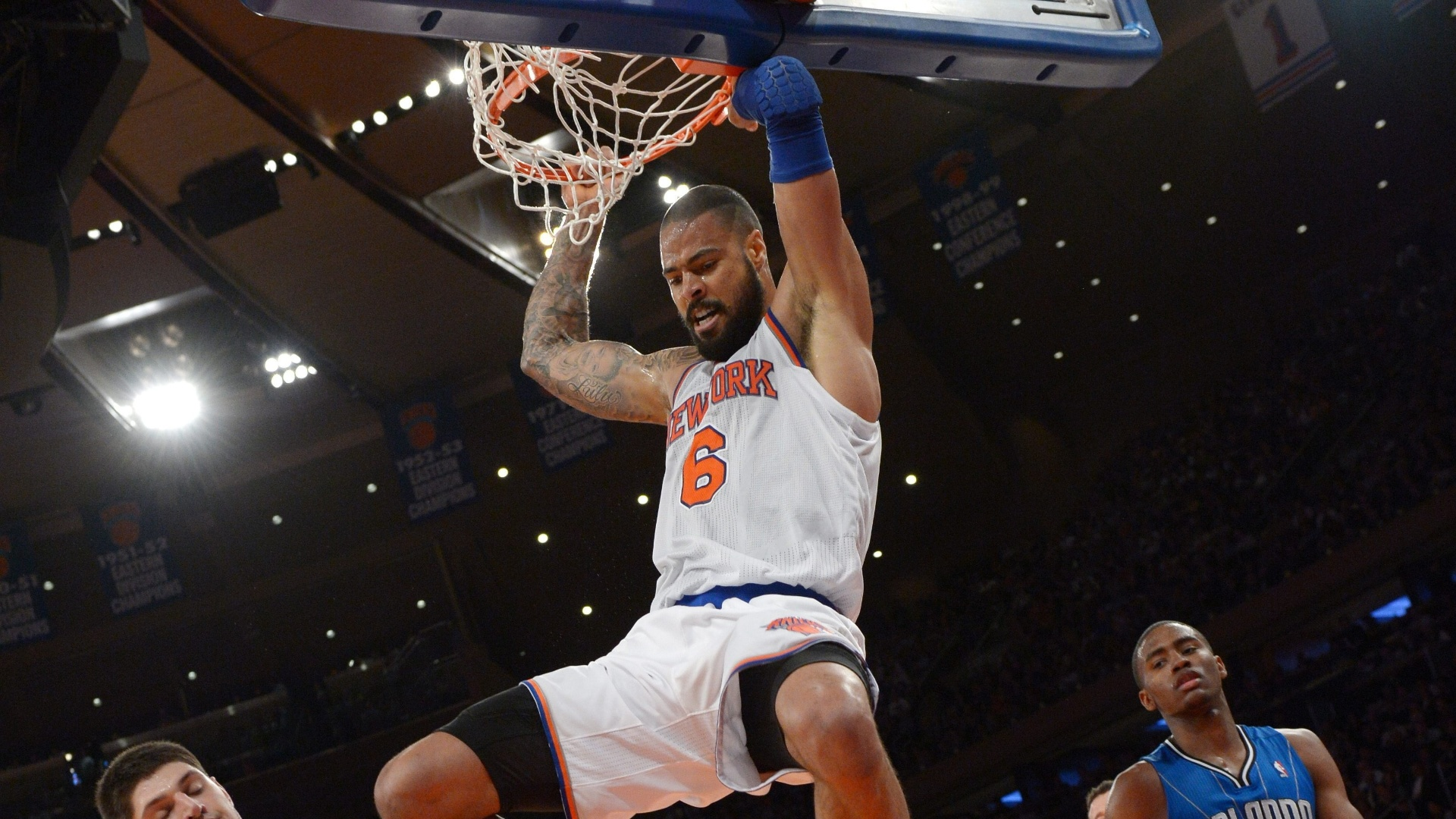 30.jan.2013 - Tyson Chandler converte enterrada para o New York Knicks em vitória sobre o Orlando Magic