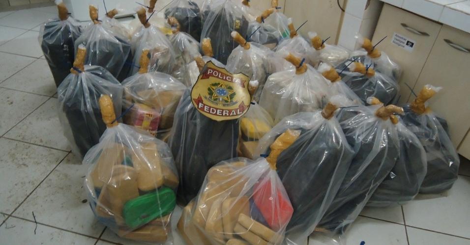 31.jan.2013 -  A Polícia Federal apreendeu na madrugada desta quinta-feira hoje (31), em Jangada (MT), mais de 618 quilos de cocaína. Os tabletes da droga estavam distribuídos em 24 volumes embalados dentro de um caminhão, que transportava botijões de gás