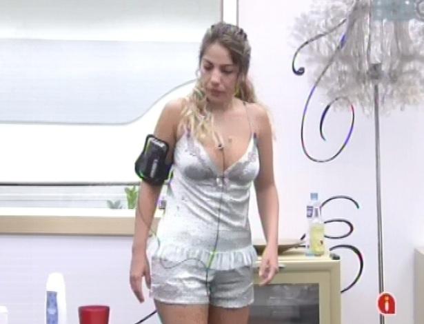 31.jan.2013 - Anamara levanta no quarto do líder e arruma o cômodo, ainda de pijama