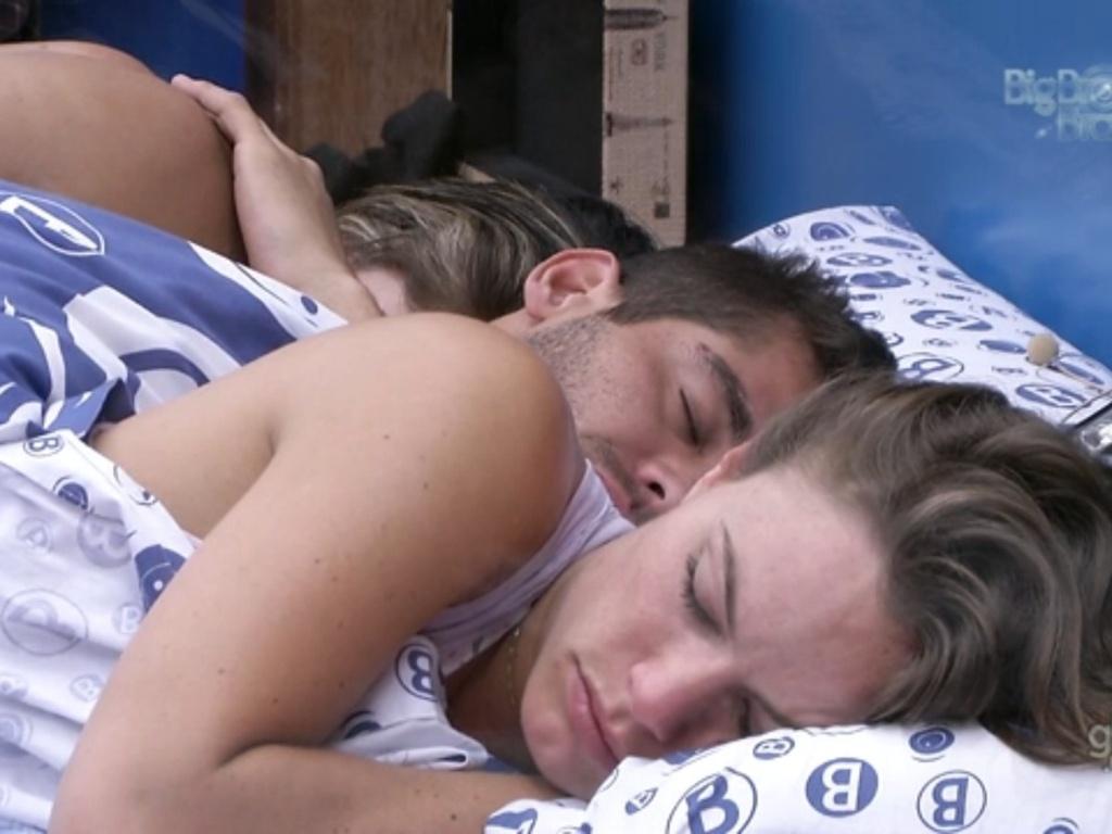 31.jan.2013 - Anamara, Yuri e Natália dormem juntos no quarto Brechó