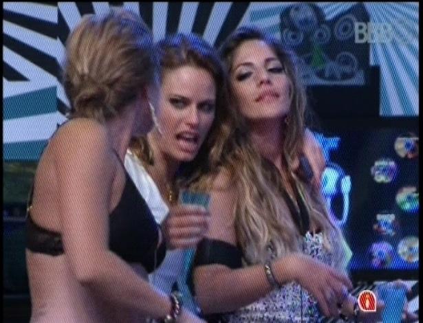31.jan.2013 - Bêbadas, Fani, Natália e Anamara dão selinho triplo durante festa