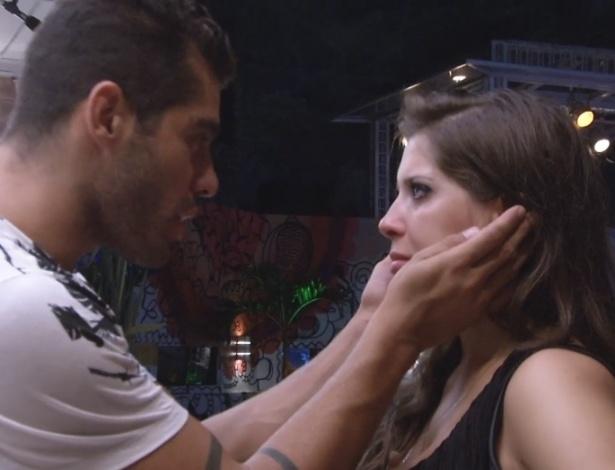 31.jan.2013 - Com saudade da família, Andressa chorou e foi consolada por Yuri