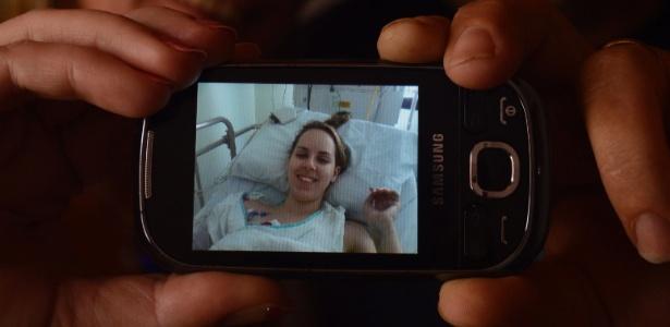 Eliete e Flávio, pais de Ingrid Preigschadt Goldani, 21, mostram foto da filha internada em um hospital de Porto Alegre (RS). Ela foi uma das sobreviventes do incêndio na boate Kiss, em Santa Maria (RS), e na falta da fala ainda tímida, por conta do tubo instalado em sua traqueia durante dois dias para permitir a respiração, a estudante de enfermagem recorre à mímica para tranquilizar os pais