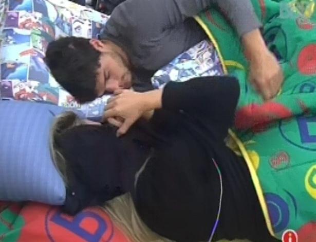 31.jan.2013 - Fernanda deita e acorda André antes de dormir ao lado de seu