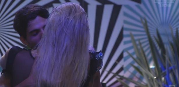 31.jan.2013 - Fernanda e André se beijam na pista de dança durante a festa Hipnose
