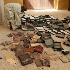 Homem organiza os manuscritos seculares que foram parcialmente danificados por ataque das tropas rebeldes, em Timbuktu, Mali. Alguns manuscritos datam da era pré-islâmica. Timbuktu foi a capital intelectual e espiritual do Islã na África entre os séculos 15 e 16