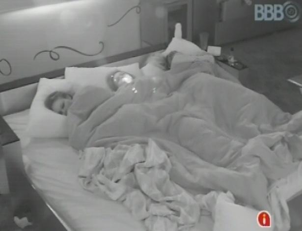 31.jan.2013 - Kamilla pede para dormir com Anamara e Natália no quarto do líder, dizendo que estava muito apertado no quarto biblioteca