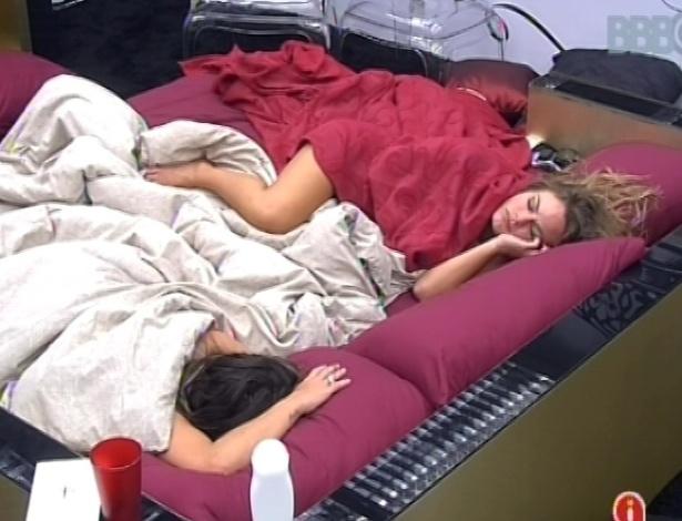 31.jan.2013 - Natália e Anamara dormem no quarto do líder nesta manhã