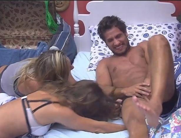 31.jan.2013 - No quarto brechó, Marien e Natália tentaram tirar a cueca de Eliéser
