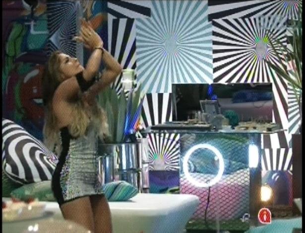 31.jan.2013 - Sozinha, Anamara dança ao som de axé na festa Hipnose