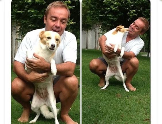 31,jan.2013 Gugu Liberato brinca com a cadela Vitória em imagem divulgada no Instagram
