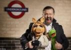 Veja a primeira foto de Ricky Gervais com os Muppets