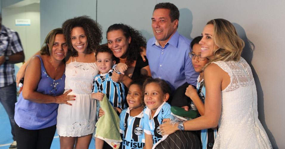 Cercado de familiares, Vanderlei Luxemburgo comemora classificação do Grêmio