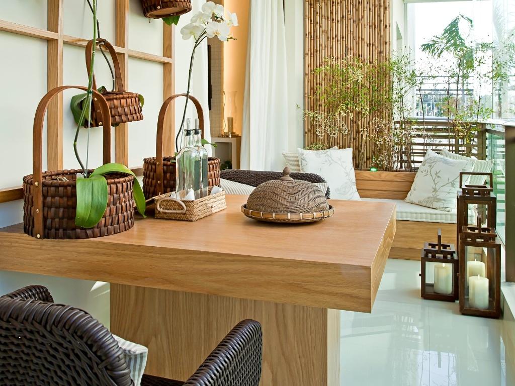 Maithiá Guedes optou por uma mesa de apenas dois lugares. Além de um  #6B4824 1024x768