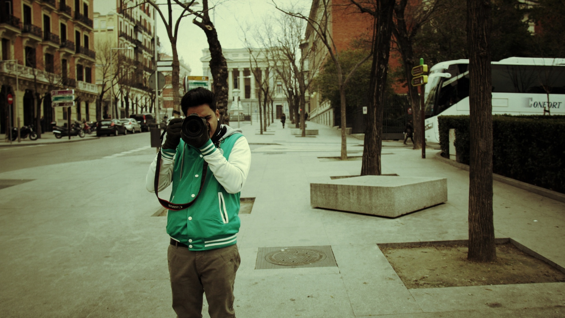 jan.2013 Koba do Restart fotografa Pe Lu no lado de fora do museu do Prado em Madri durante férias dos músicos na Europa