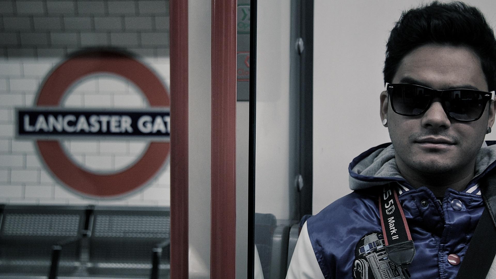 jan.2013 Koba, do Restart, posa para foto na estação Lancaster Gate em Londres durante férias na Europa