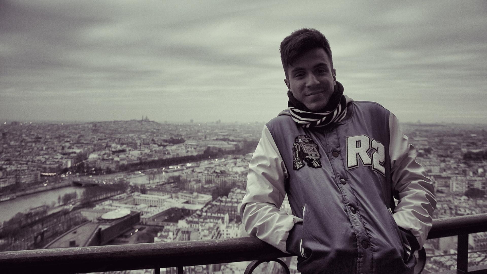 jan.2013 Pe Lu, do Restart, posa para foto no segundo andar da Torre Eiffel durante férias na Europa