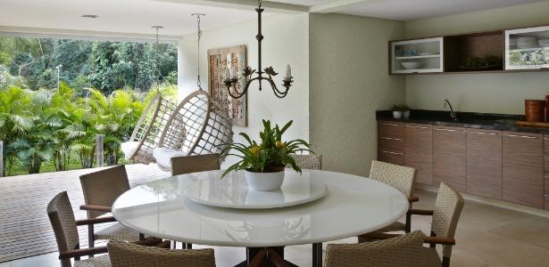 As arquitetas Giselle Macedo e Patrícia Covolo priorizaram a circulação no projeto desta varanda gourmet