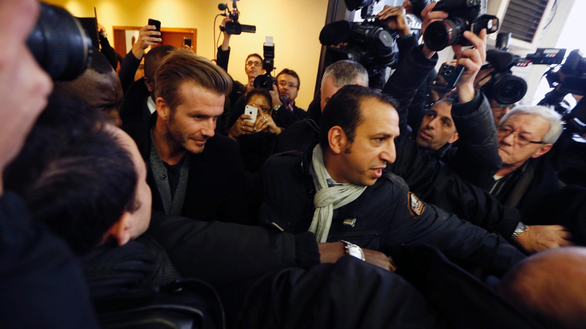 Torcedores, seguranças e jornalistas cercam Beckham no Hospital Pitié-Salpêtrière