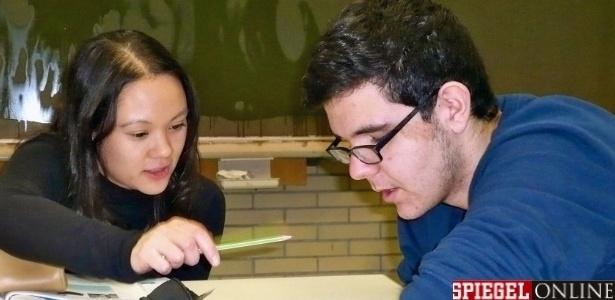 Zacharias, 15, de origem grega, estuda alemão com a professora Sandra Tauer na August Lämmle Intermediate School, em Leonberg, perto de Stuttgart, no sudoeste da Alemanha