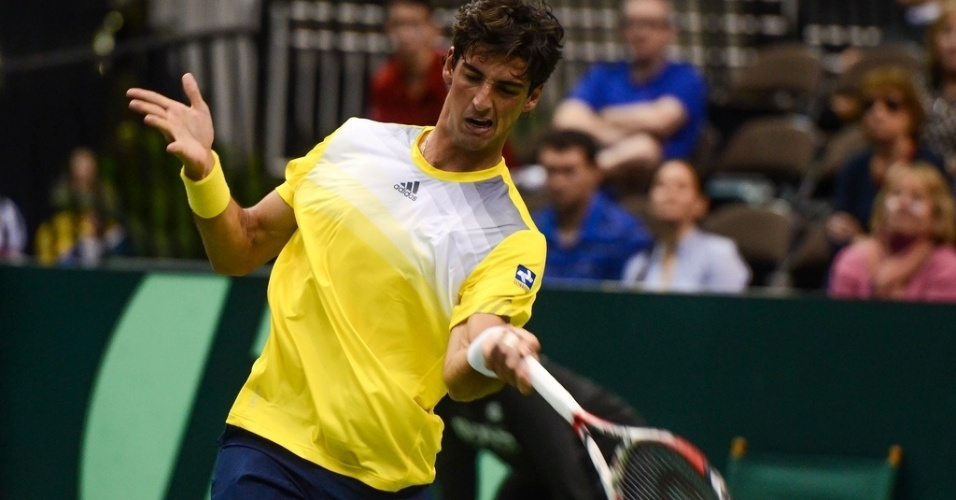 01.fev.2013 - Bellucci em ao contra Sam Querrey na partida entre Brasil e EUA pela Copa Davis