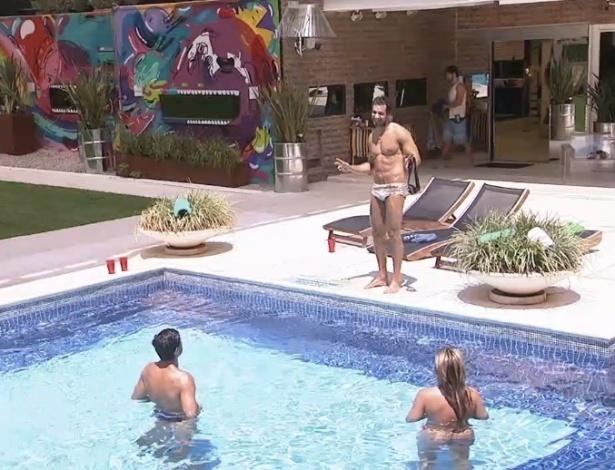 01.fev.2013 - Eliéser conversa com André e Fernanda na piscina; brothers curtem dia de sol na casa
