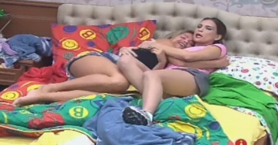 01.fev.2013 - Fani é consolada por Kamilla ao falar de como está se sentindo na casa