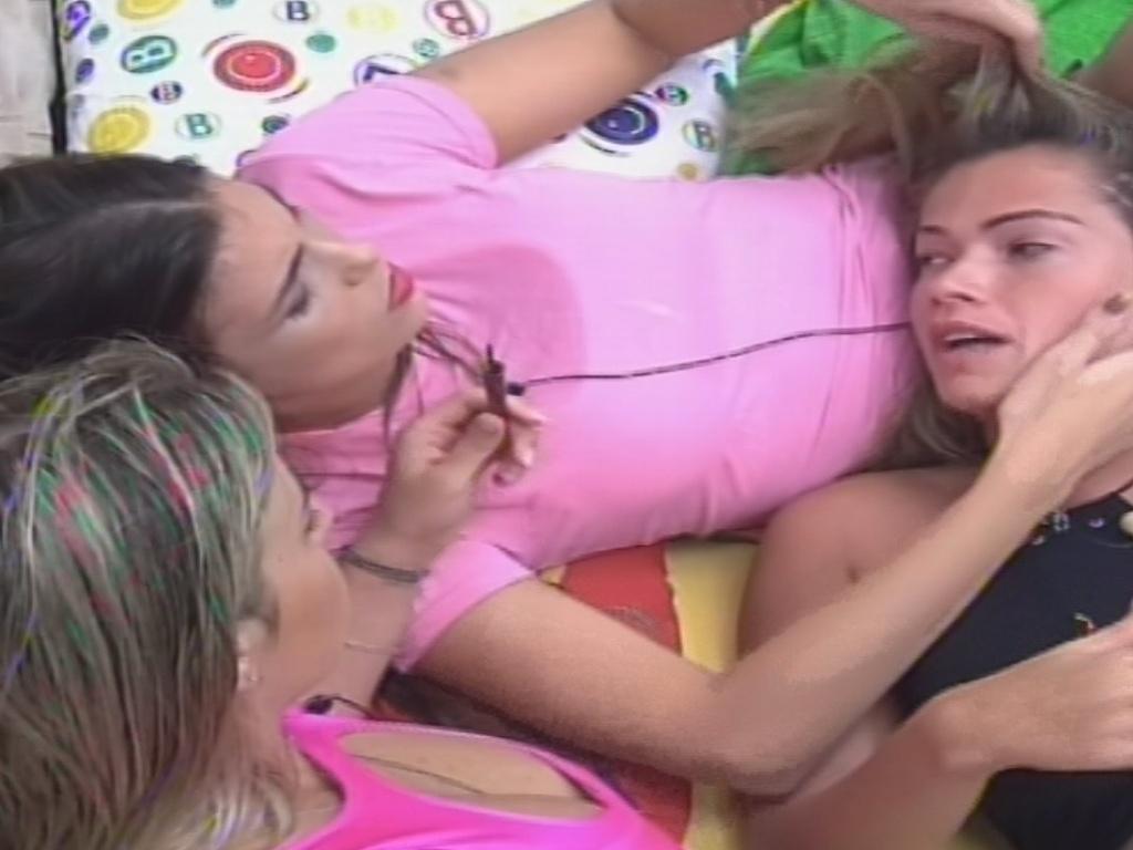 01.fev.2013 - Fani é consolada por Kamilla e Fernanda ao falar de como está se sentindo na casa
