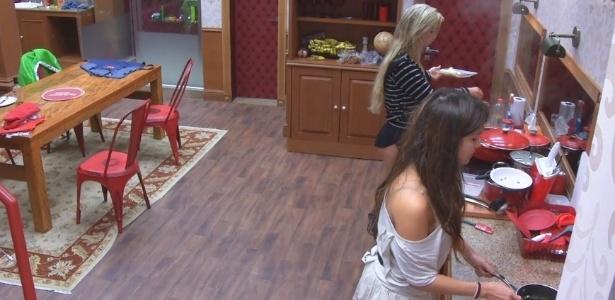 01.fev.2013 - Kamilla e Fernanda preparam o café da manhã na cozinha da xepa