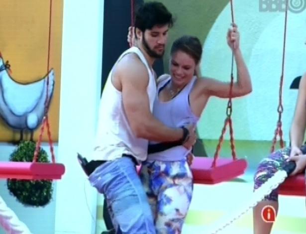 01.fev.2013 - Marcello ajuda Natália a descer do balanço após soltar a corda e desistir da prova