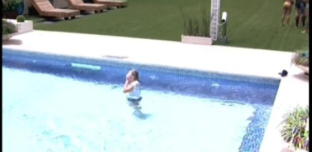 01.fev.2013 - Marien comemora a vitória na piscina, após sofrer com o sol durante a manhã