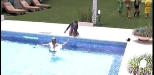 01.fev.2013 - Marien comemora com Natália a vitória na piscina, após sofrer com o sol durante a manhã