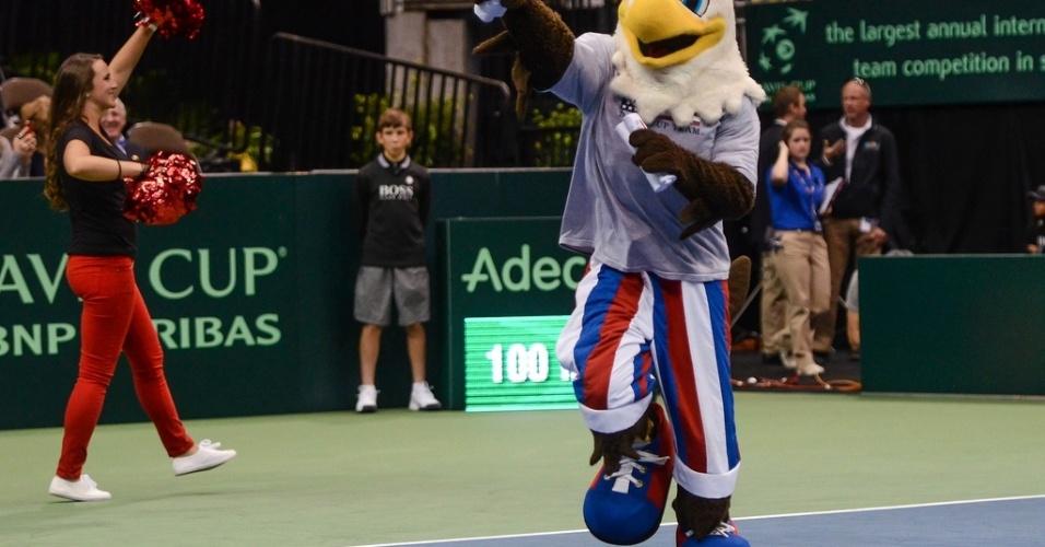 01.fev.2013 - Mascote anima torcida antes do duelo entre Brasil e EUA pela Copa Davis