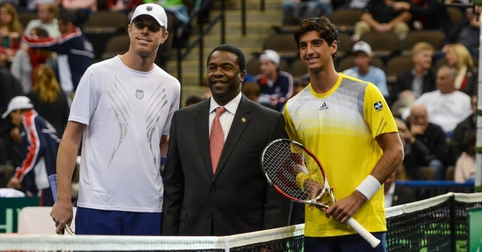 01.fev.2013 - Sam Querrey e Thomaz Bellucci antes do primeiro jogo entre Brasil e EUA na Copa Davis
