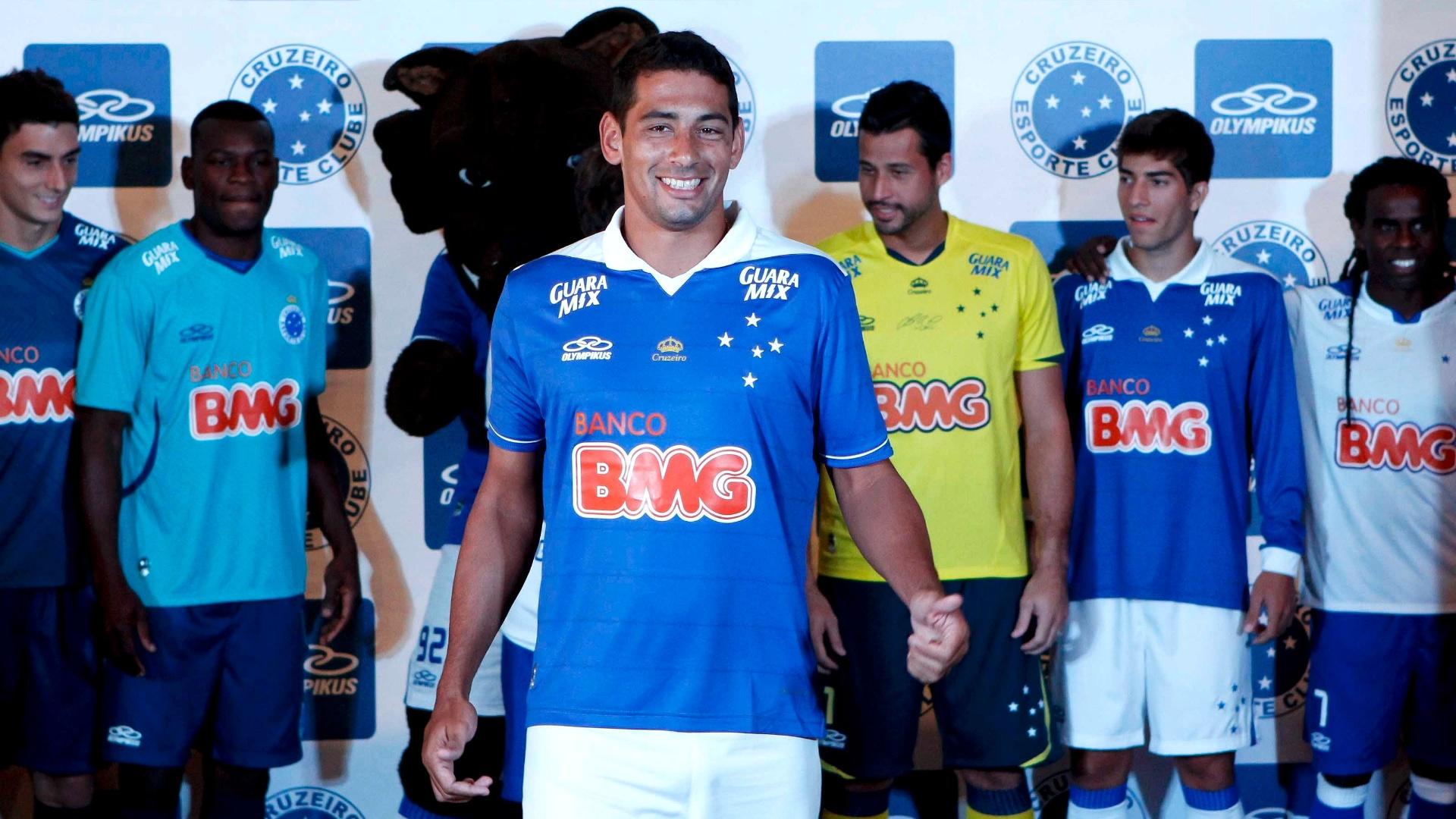 1/2/2013 - Diego Souza desfila com o novo uniforme do Cruzeiro