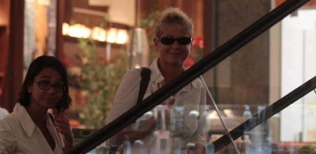 1.Fev.2013 - A apresentadora Xuxa vai às compras com uma amiga em shopping no Rio de Janeiro