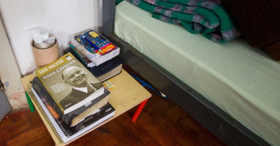 1º.fev.2013 - Ao lado da cama de um dos detentos encontra-se o livro do bispo fundador da Igreja Universal do Reino de Deus, Edir Macedo. Cultos religiosos acontecem semanalmente dentro do presídio