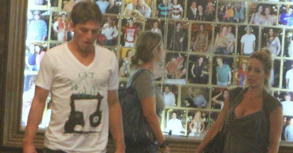 1.fev.2013 - Danielle Winits vai com o namorado, o jogador Amaury Nunes, a churrascaria na Barra da Tijuca, Rio de Janeiro