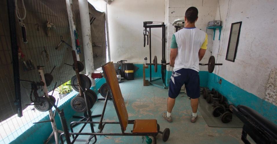 1º.fev.2013 - Detento se exercita em academia improvisada ao lado da quadra de esportes do presídio