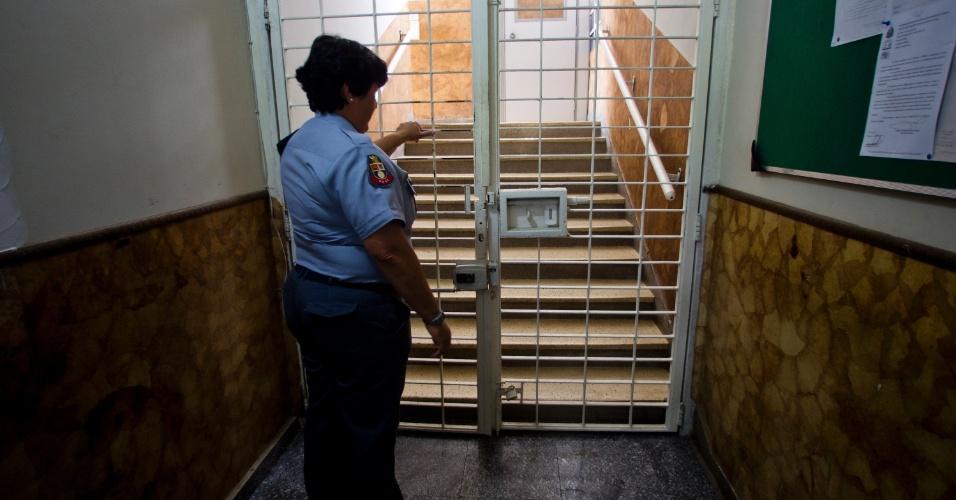 1º.fev.2013 - Policial fecha a porta que dá acesso à área dos alojamentos do presídio. Toda a guarda do Romão Gomes é composta por policiais militares
